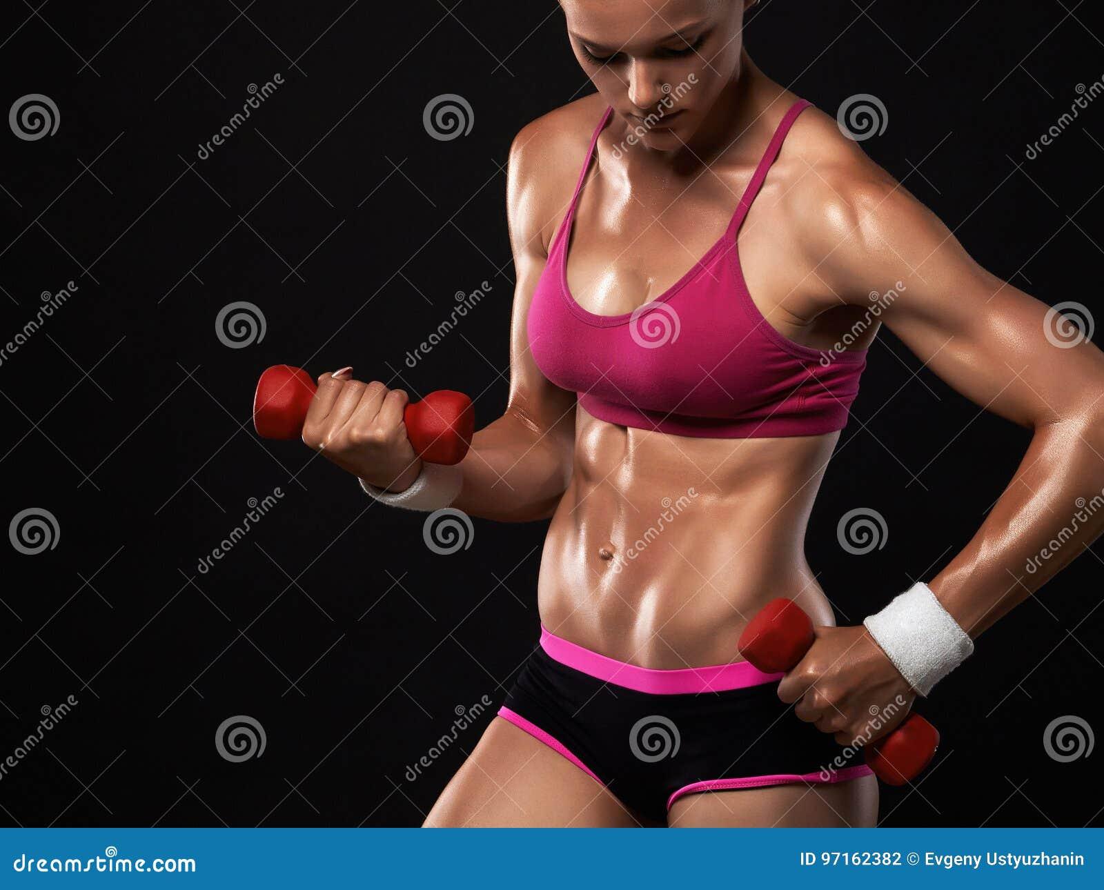 健身房的美丽的体育女孩