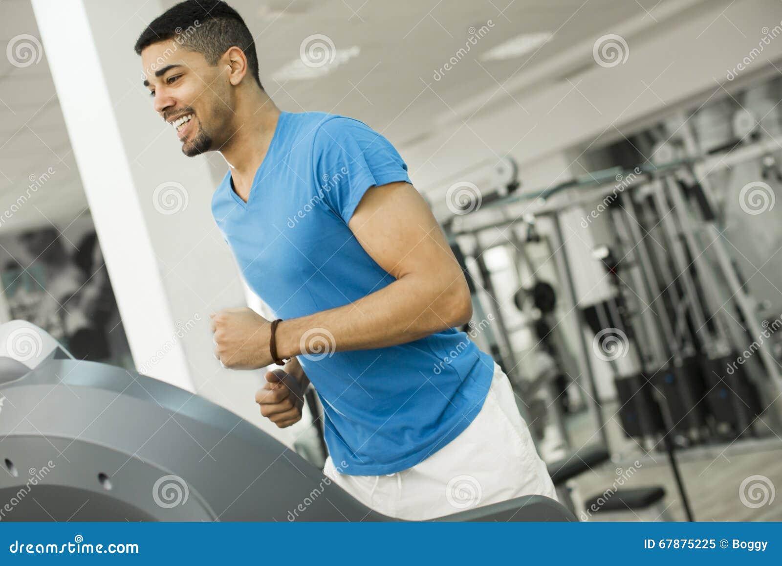 健身房的年轻黑人