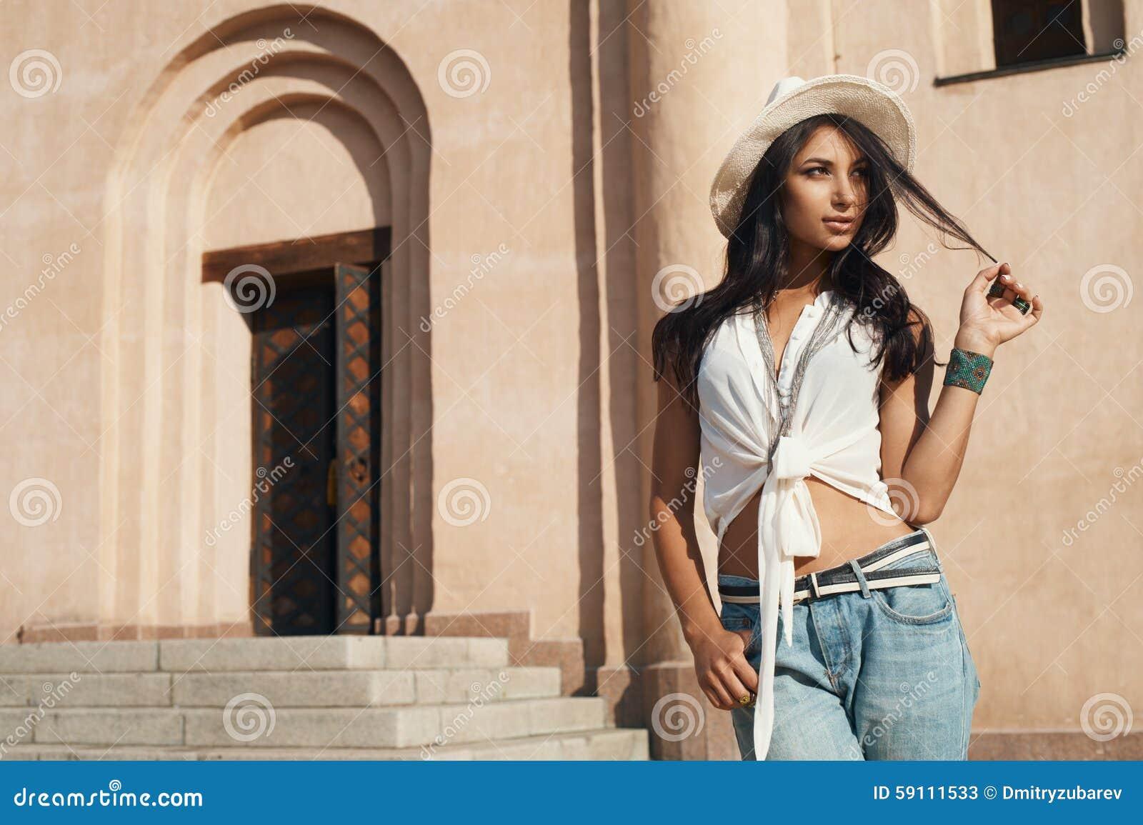 偶然夏天成套装备的挥动的夫人反对古老大厦