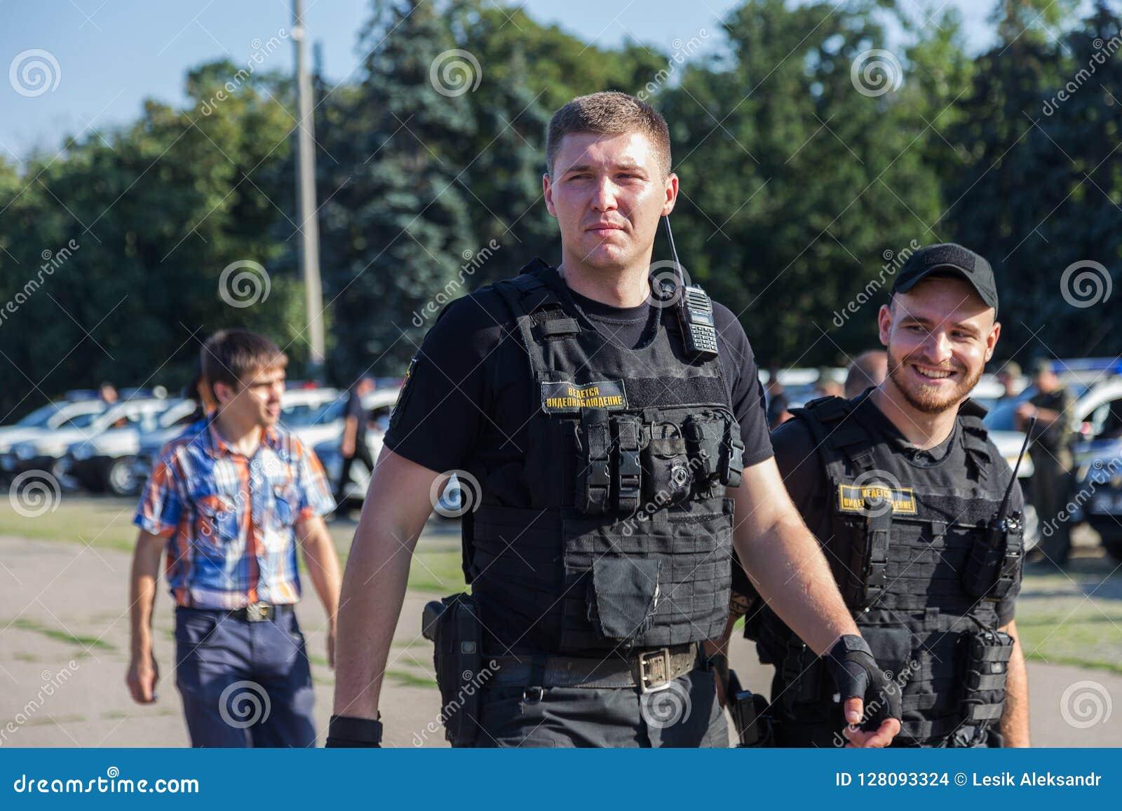 傲德萨,乌克兰- 2018年8月1日:乌克兰警察的特种部队在等级的在充分的作战形成与特别武器 ur