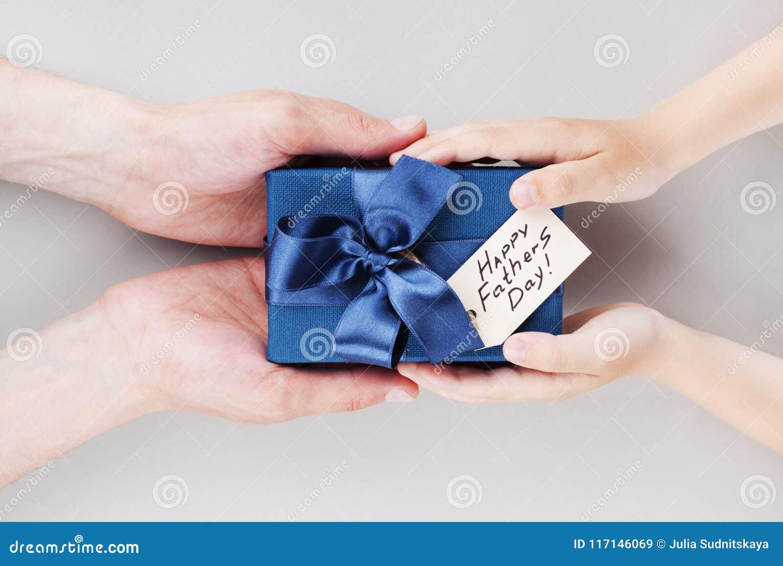 儿子在愉快的父亲节给爸爸礼物或礼物盒有标记的 假日概念顶视图