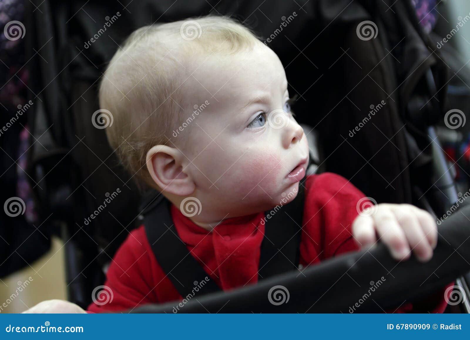 婴儿推车的小孩