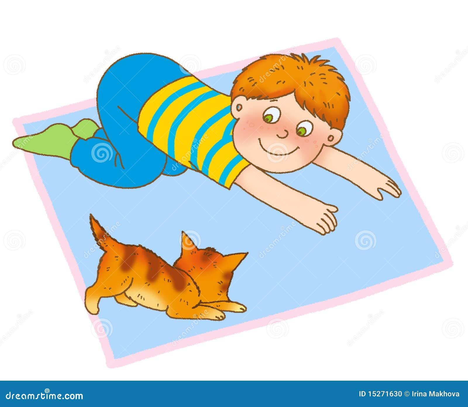 男孩爬行的小猫喜欢少许席子.图片
