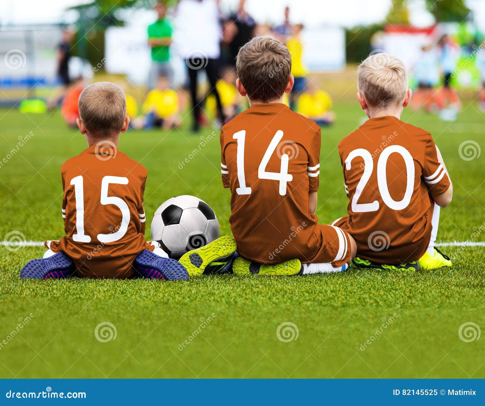 儿童参加比赛的足球队员 孩子的橄榄球赛 Youn
