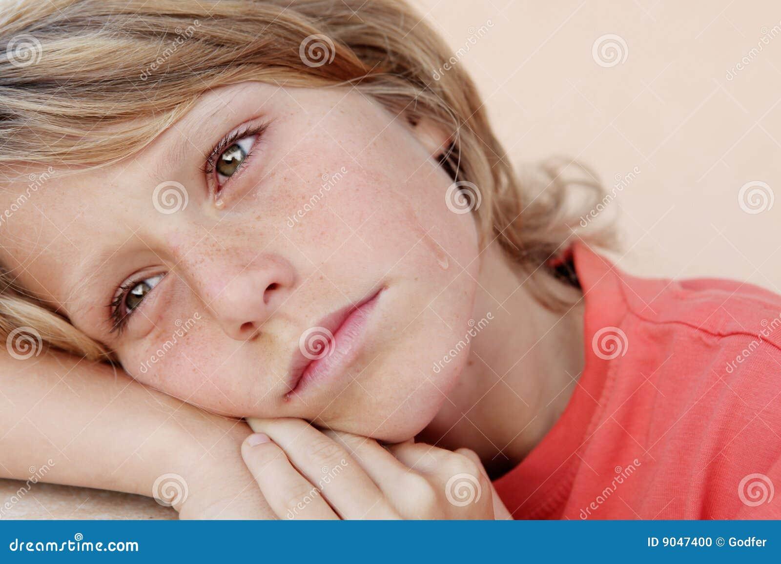 儿童哭泣的哀伤的泪花