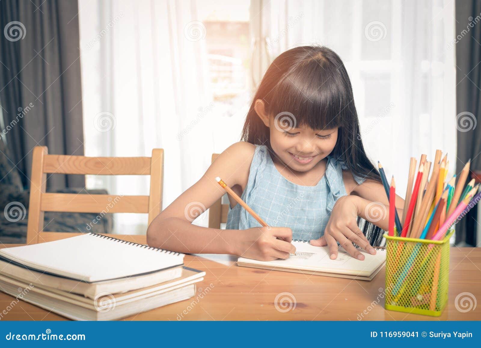 儿童在桌上的女孩图画