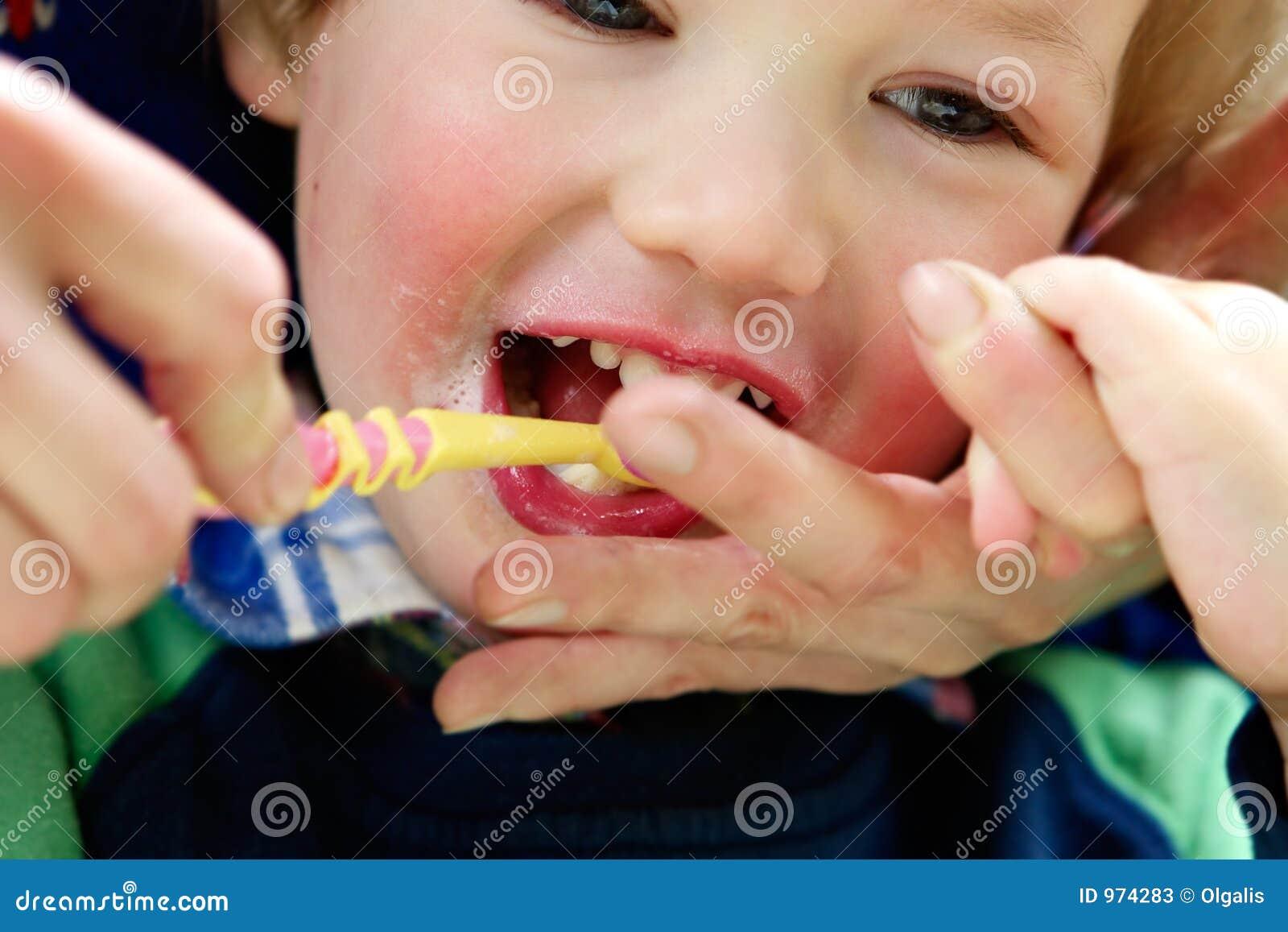 儿童干净的牙