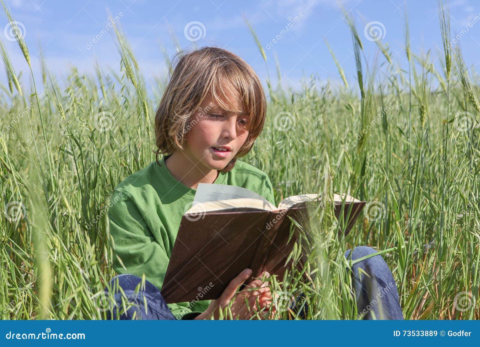 儿童户外阅读书或圣经