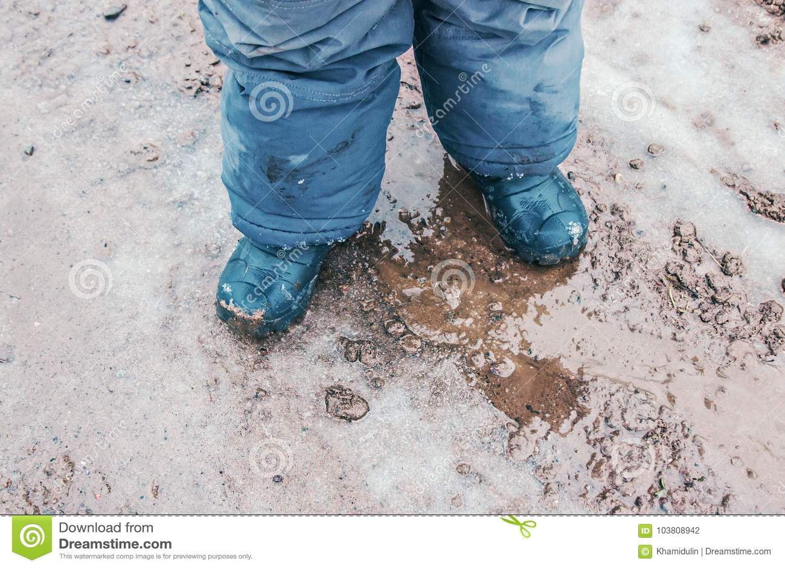 儿童户外雨靴在行动