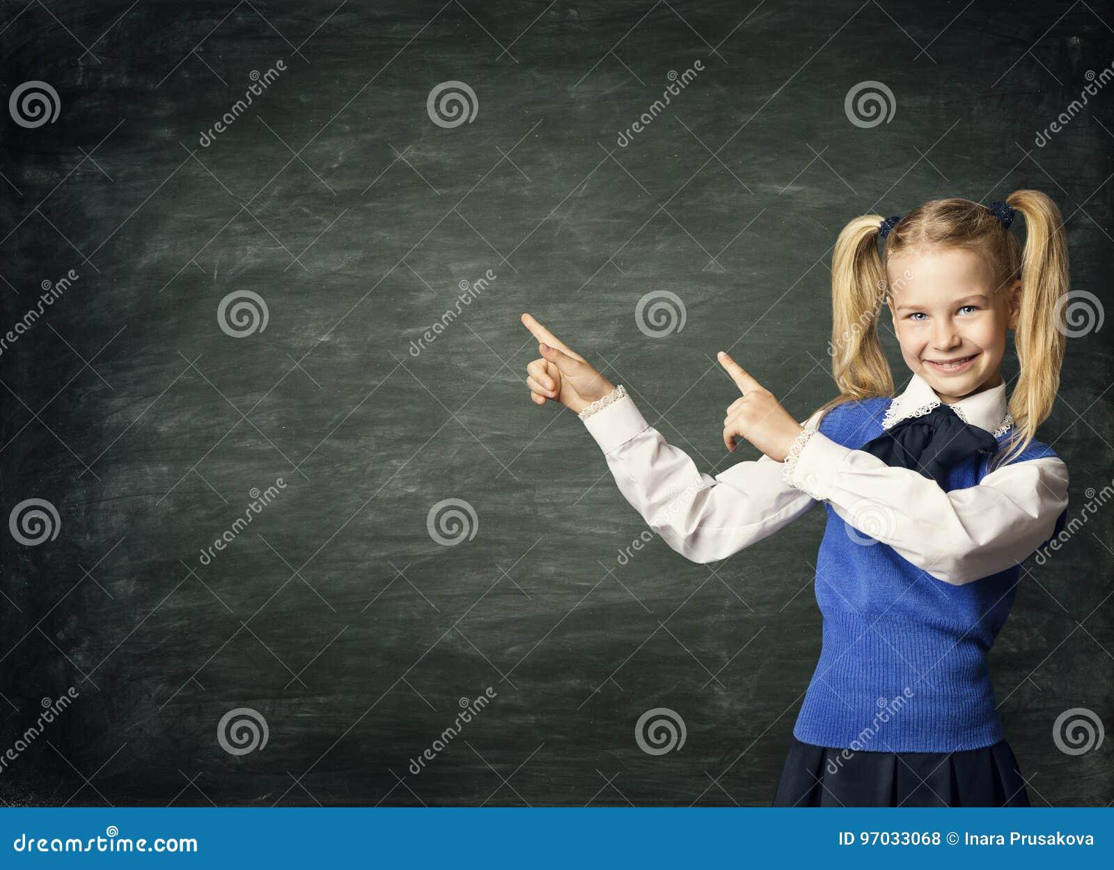 儿童指向黑板,孩子学生黑色板的学校女孩