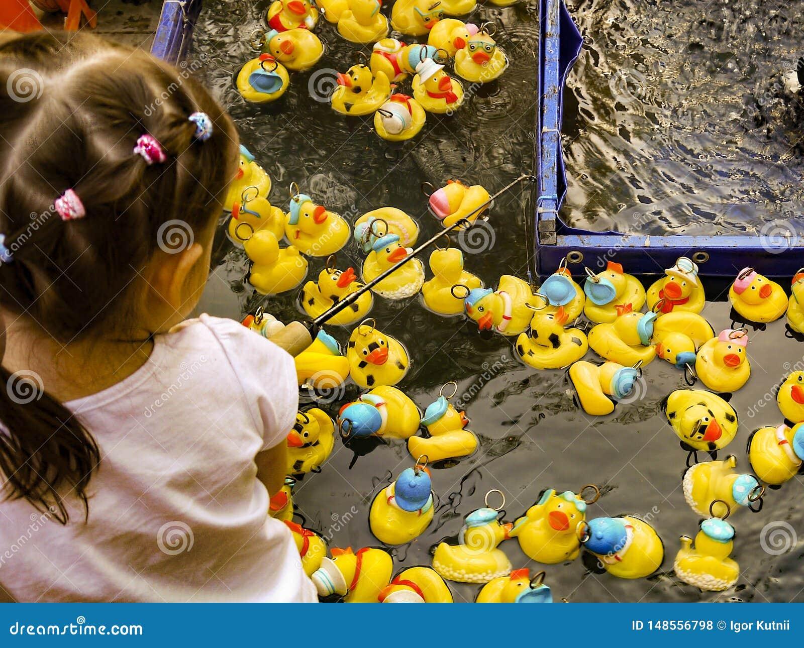 儿童游戏一场自创鸭子狩猎比赛