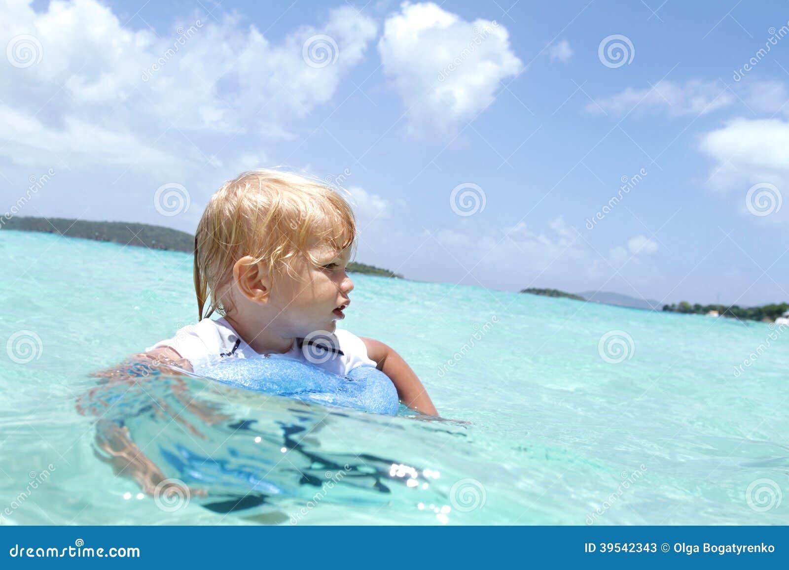 儿童游泳在热带海洋