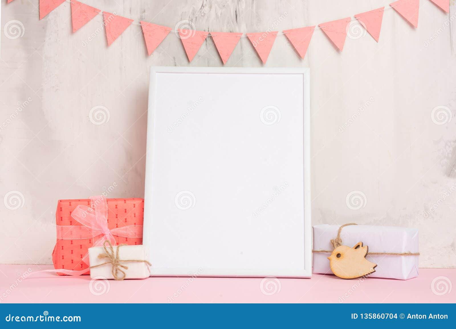 儿童的玩具,有一个白色框架的在墙壁的轻的背景的框架有儿童的标志的,设计的,布局 婴孩