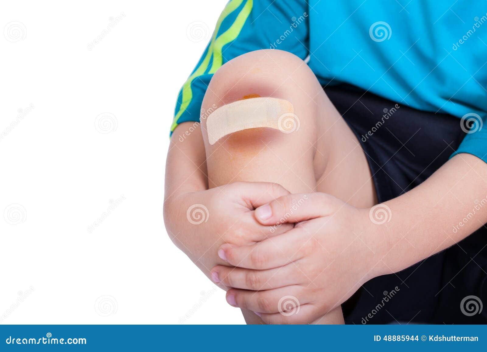 儿童膝盖以膏药(为创伤)和挫伤