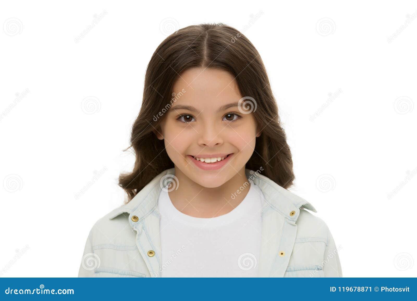 儿童迷人的微笑隔绝了白色背景关闭  迷人的cutie 哄骗摆在快乐愉快的女孩长的卷发