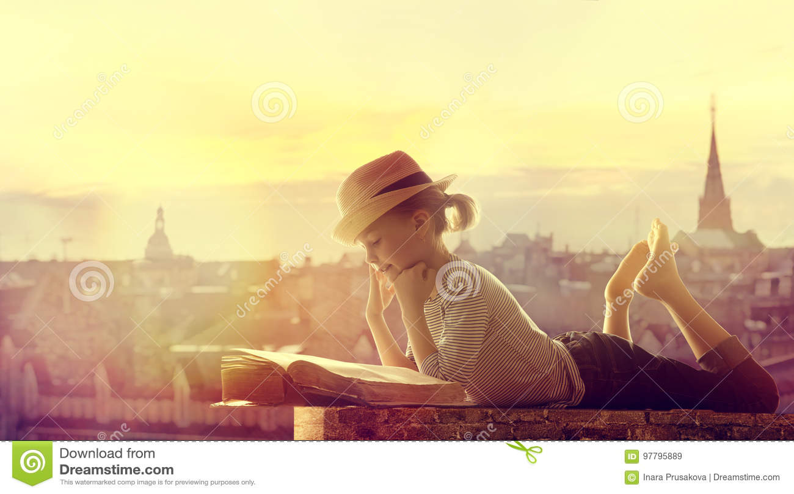 儿童阅读书室外城市屋顶、愉快的女孩孩子读的和博士