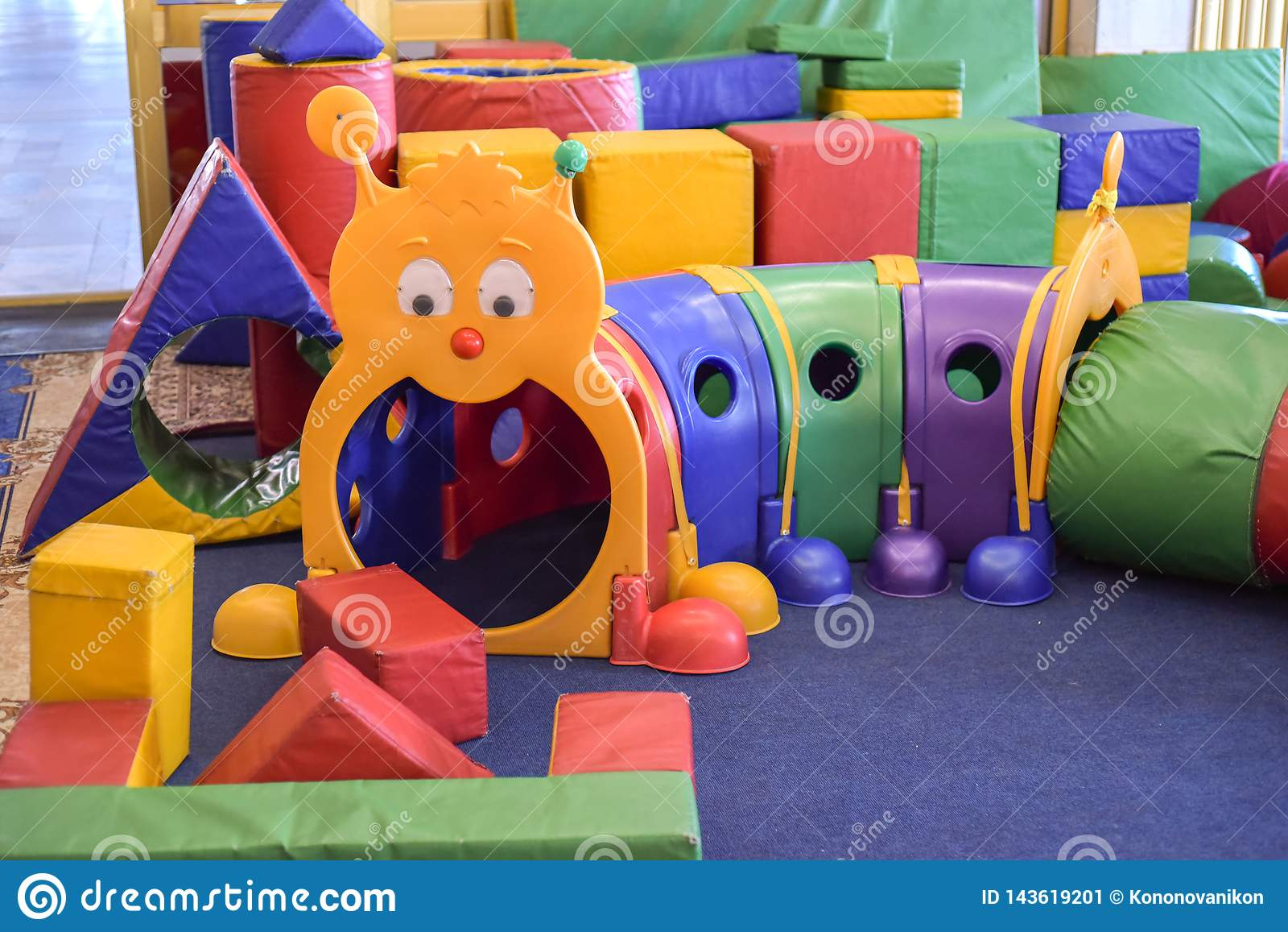 儿童` s游戏室 儿童的游戏室的内部与玩具的 幼稚园