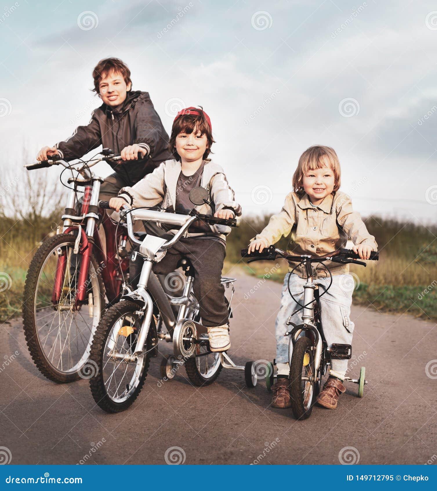 兄弟在自行车乘坐