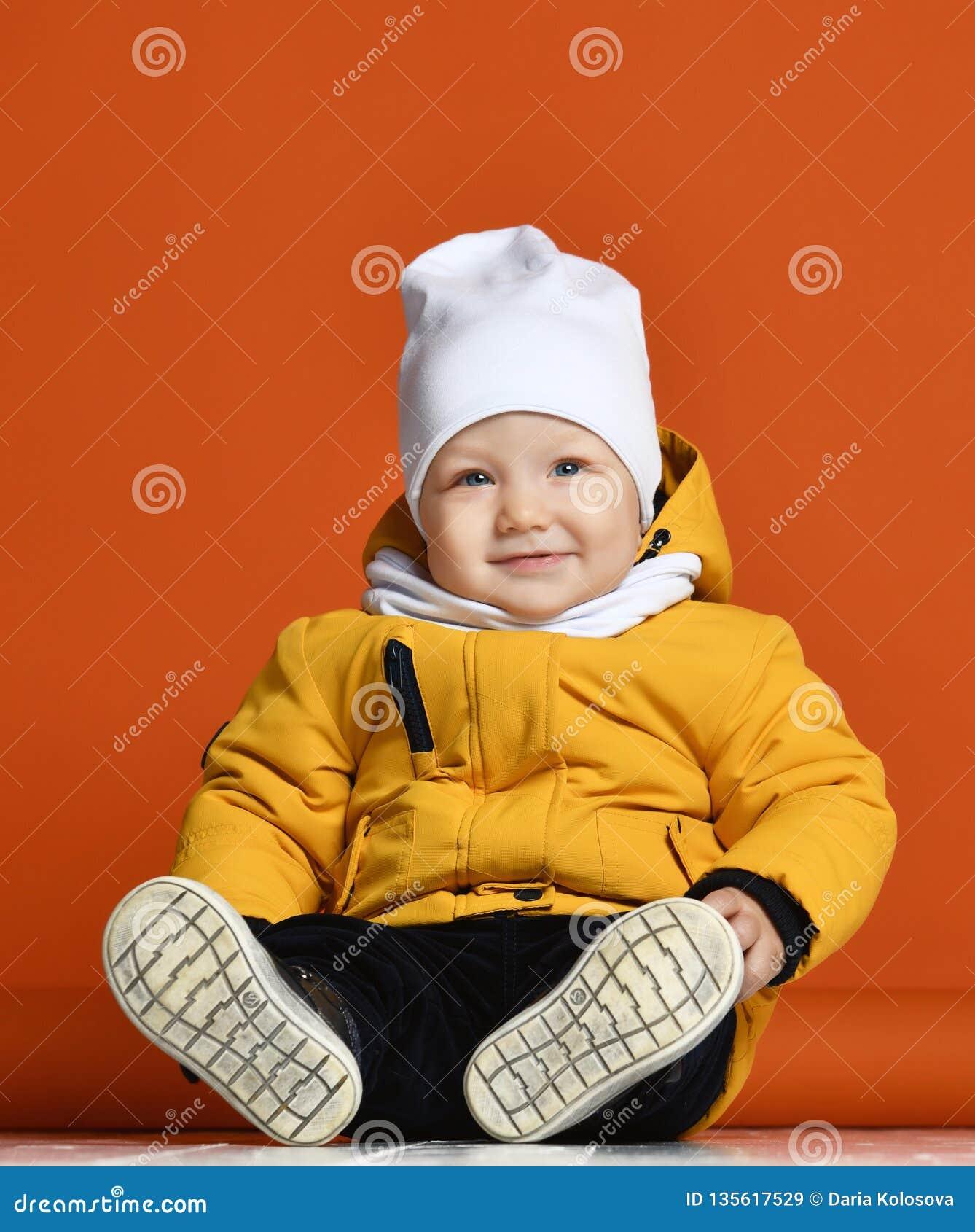 兄弟子项给愉快的一个姐妹微笑的二冬天穿衣 在下来夹克的孩子 方式子项