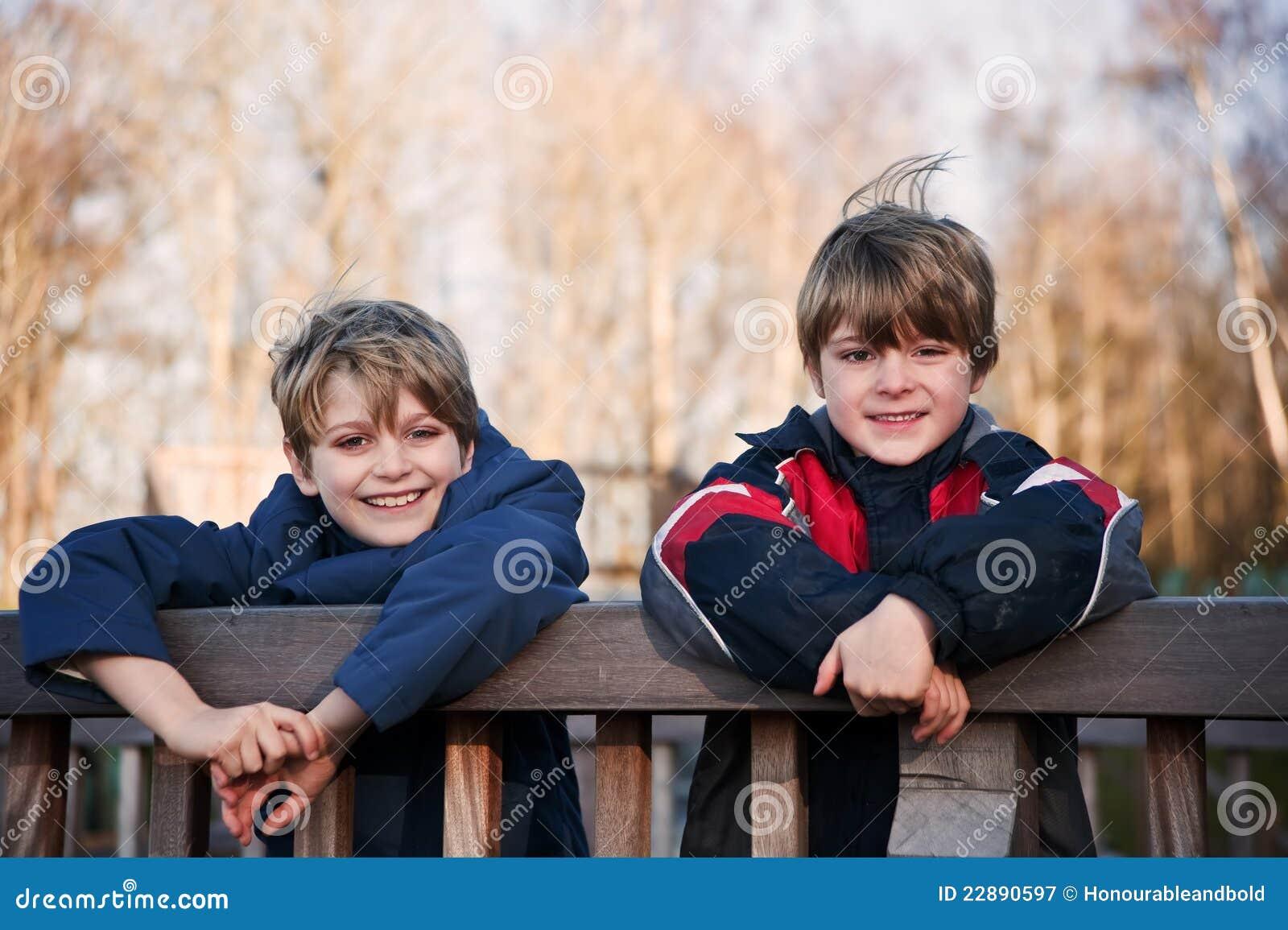 兄弟愉快的户外纵向二年轻人