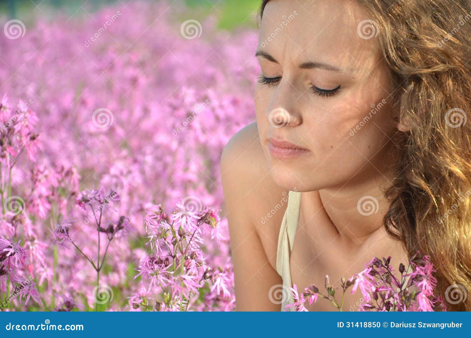 充分华美的草甸的美丽的可爱的女孩野花