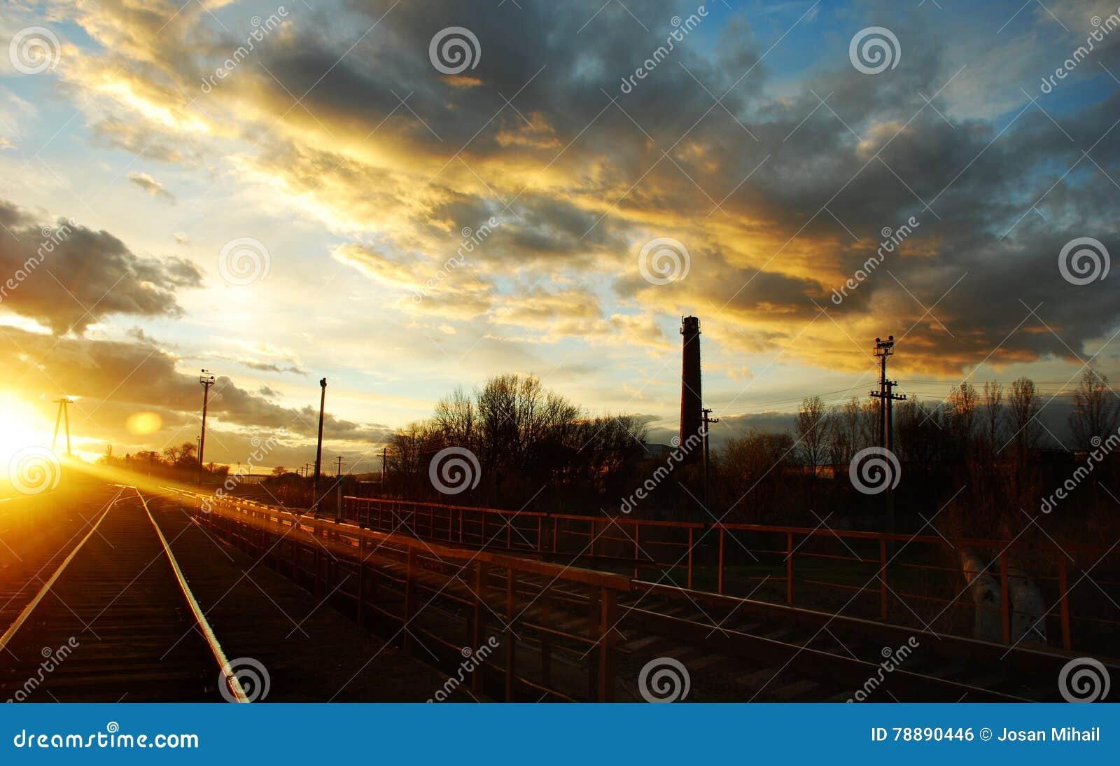 充分天空从Straseni市的云彩