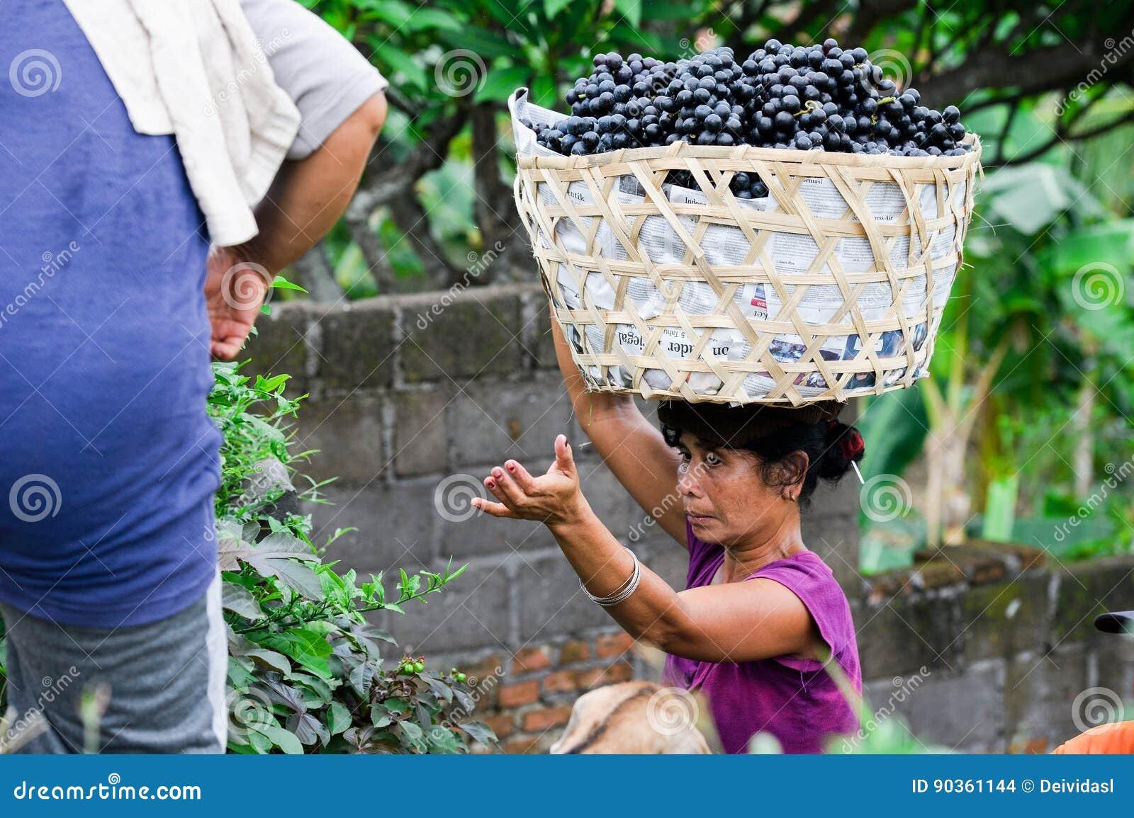 充分汽车的妇女葡萄在巴厘岛,印度尼西亚