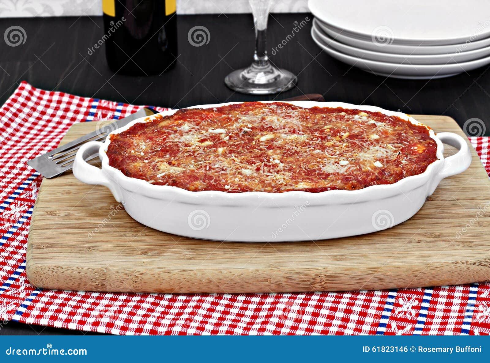 充分的卵形白色烤盘被烘烤的茄子或烤宽面条