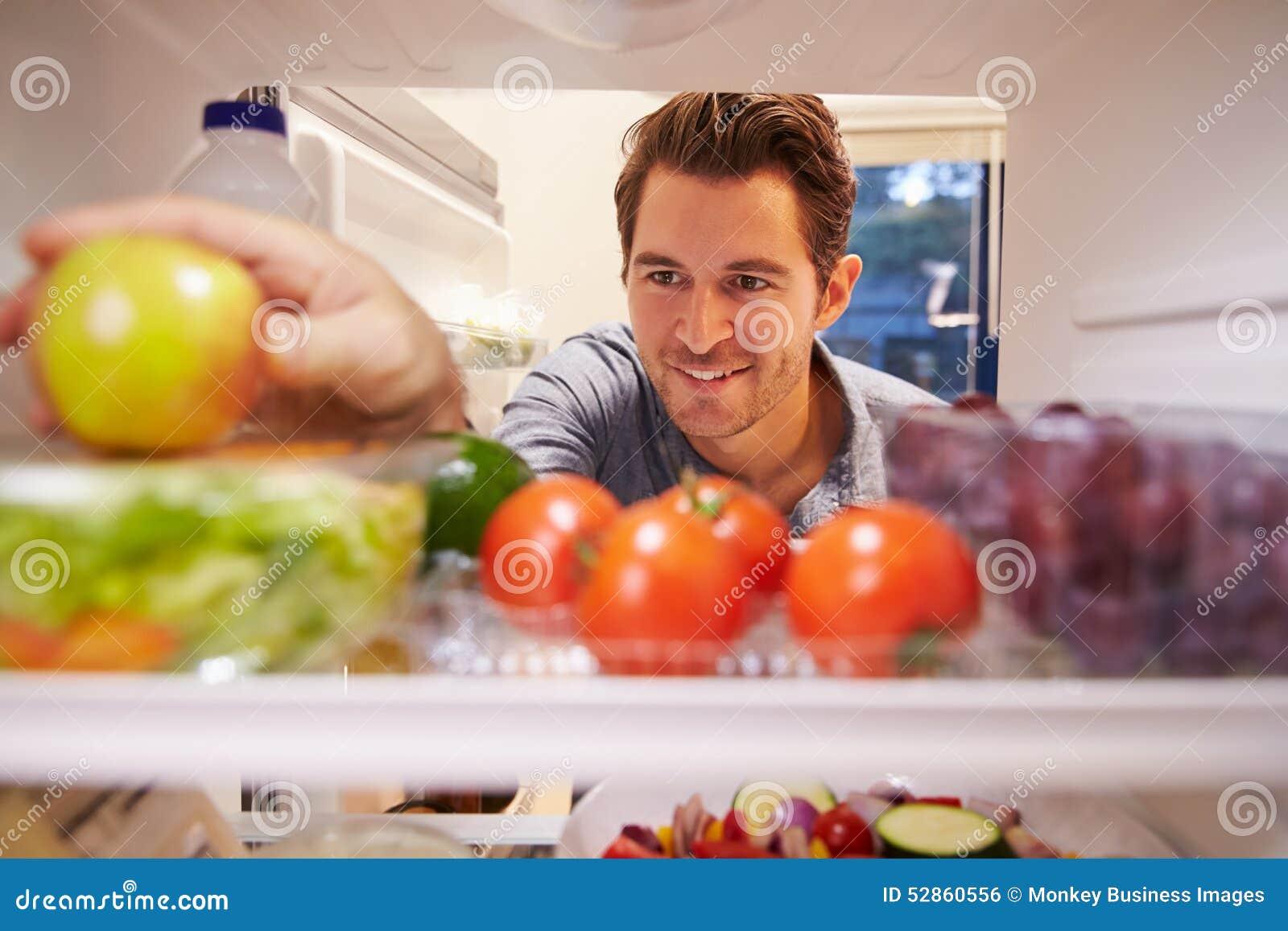 充分看起来里面冰箱食物和选择苹果计算机的人