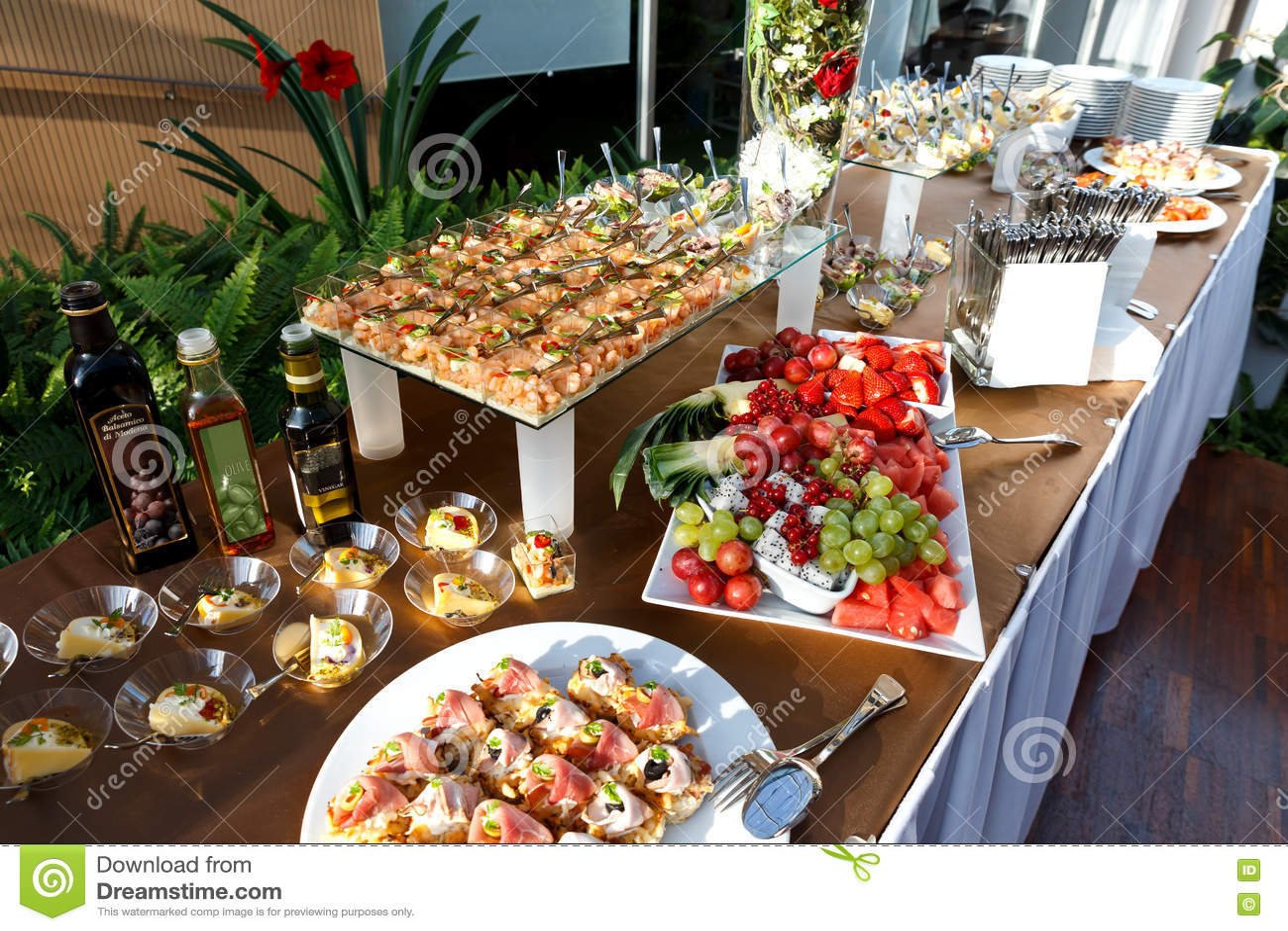 充分自助餐桌在小盘和果子盛肉盘的食物 库存照片 图片 包括有 ,并且 盛肉盘 活动 食物 果子