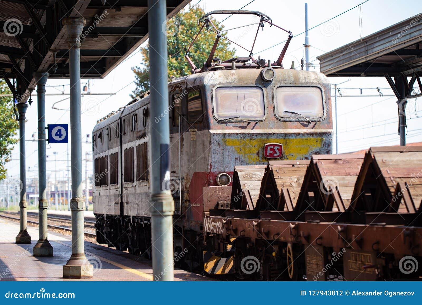 充分货物火车街道画在意大利