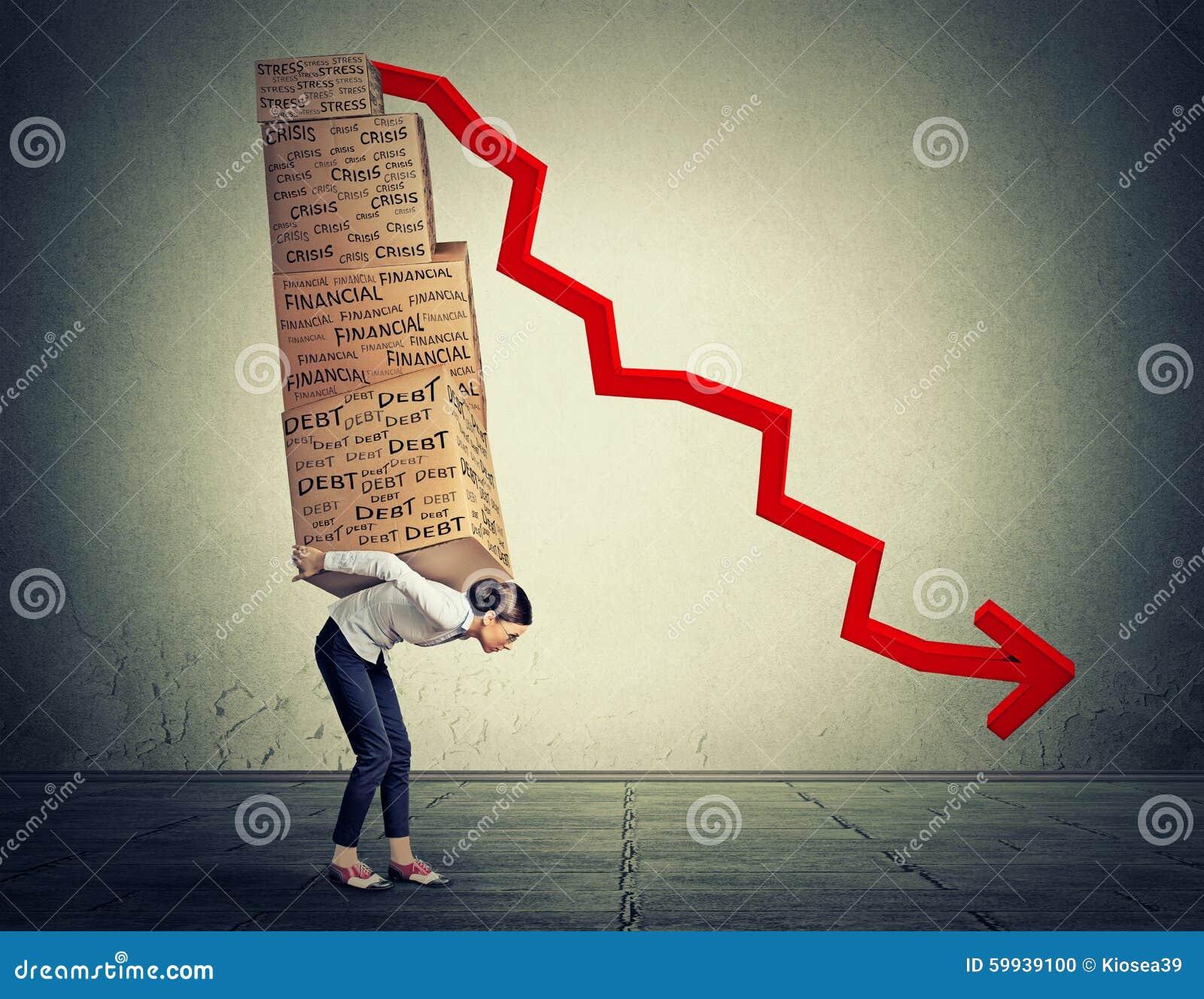 充分运载重的箱子财政债务的妇女走沿灰色墙壁背景