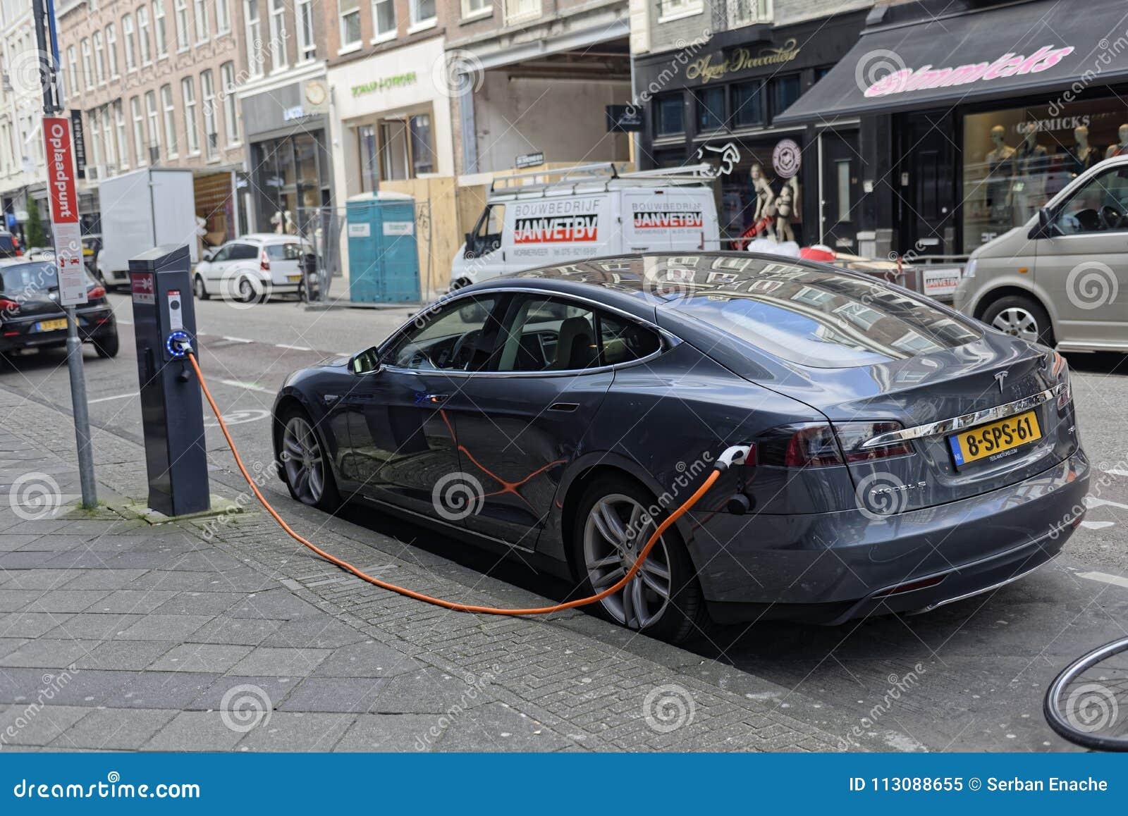 充电在阿姆斯特丹的特斯拉汽车