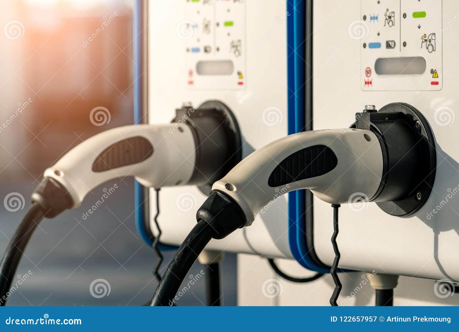 充电电岗位的汽车 车的插座有电动机的 投入硬币后自动操作的充电站 清洁能源力量