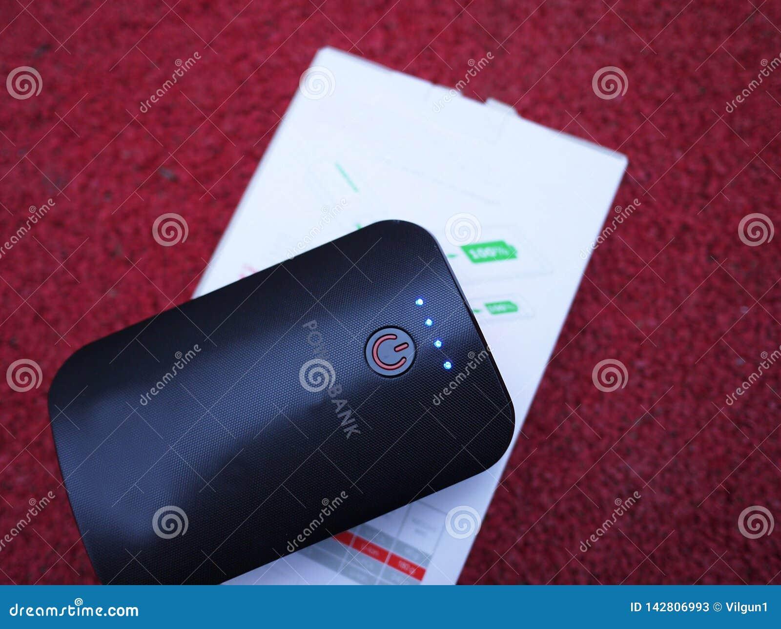 充电的智能手机和其他设备的外部电力银行 服务给电池充电