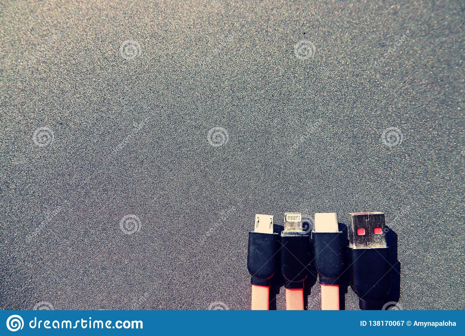 充电的缆绳的四种类型在黑背景前面的与拷贝空间