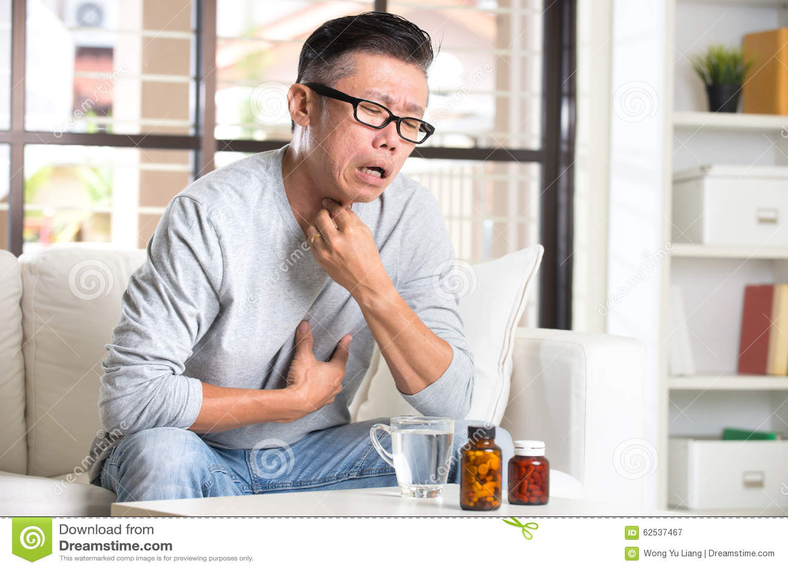 充满喉头痛苦的亚裔前辈