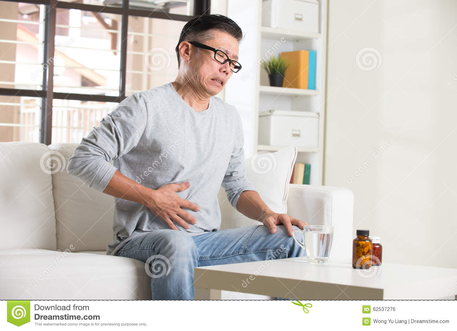 充满胃痛的亚裔前辈