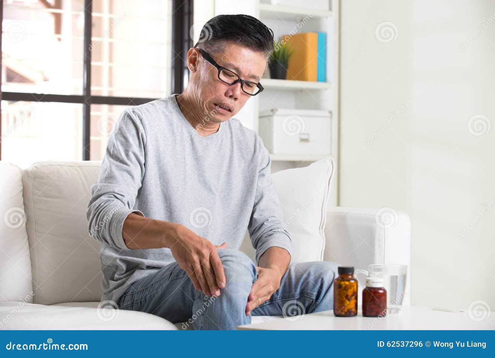 充满膝盖痛苦的亚裔前辈