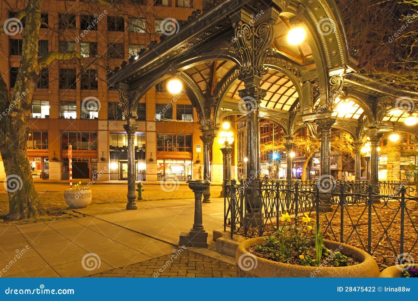 先驱正方形在西雅图在早期的春天晚上。 空的街道。