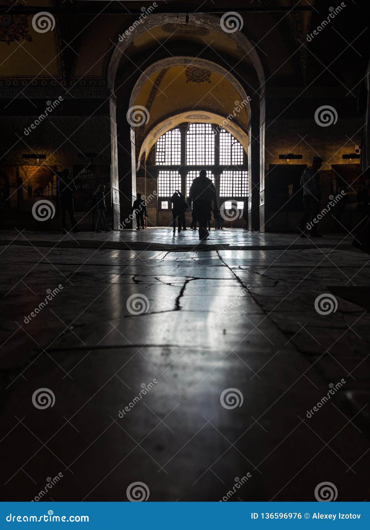 光的反射从地板的窗口的在阿雅索非亚寺庙的在伊斯坦布尔,土耳其