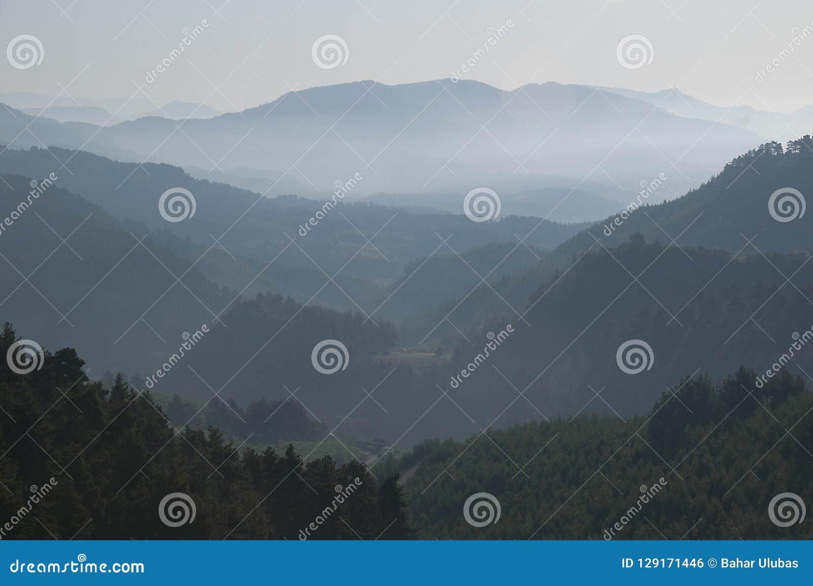 光的反射到在日出期间的山里