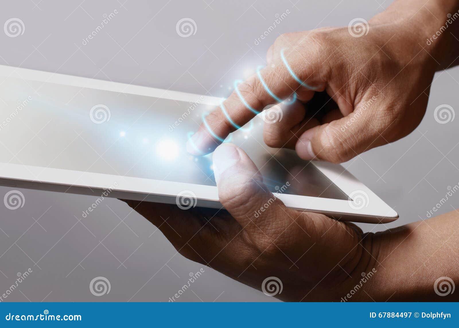 光纤缠绕在手附近