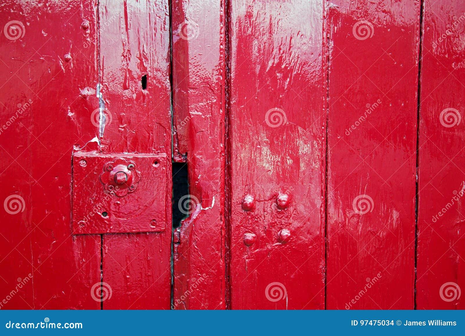 光滑的红色被绘的木门