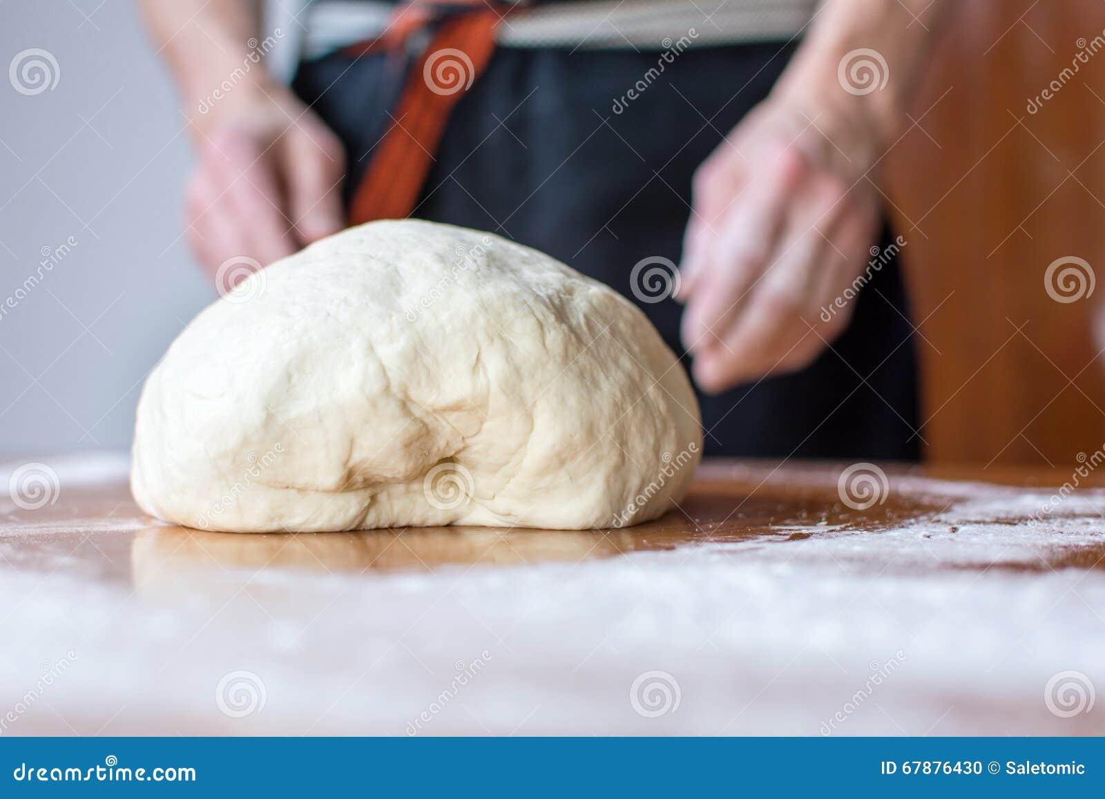 贝克在桌做面包
