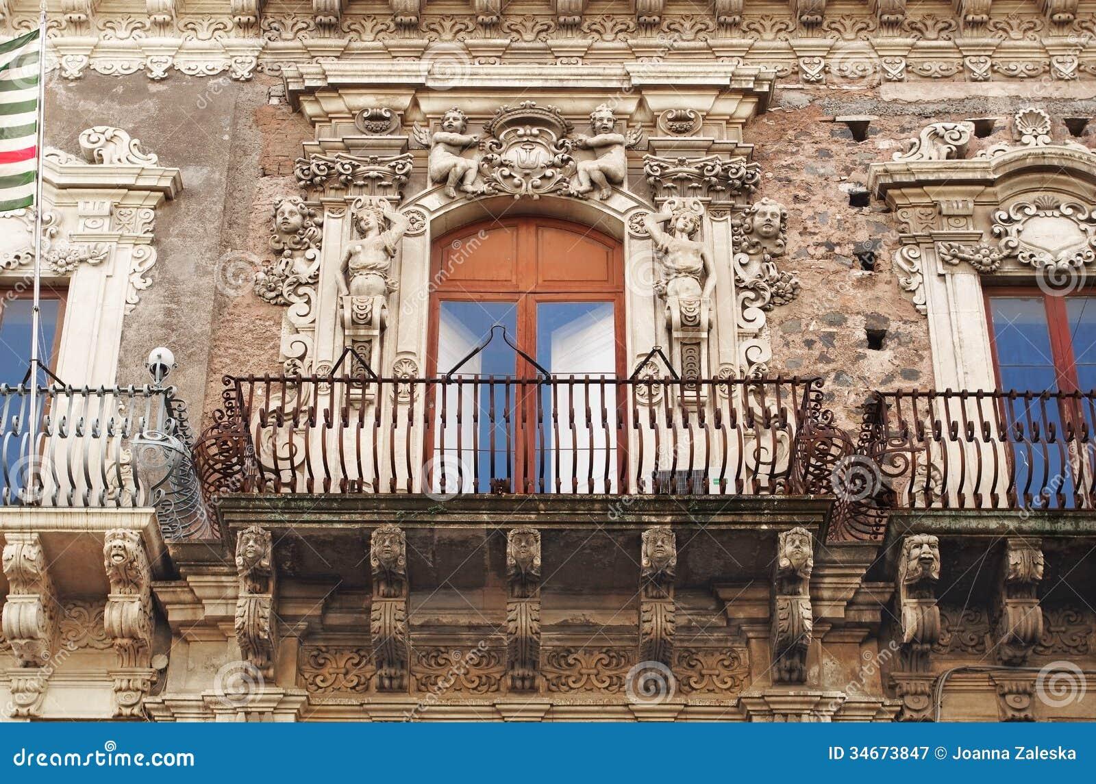 一个巴洛克式的阳台在卡塔尼亚,西西里岛,意大利.图片