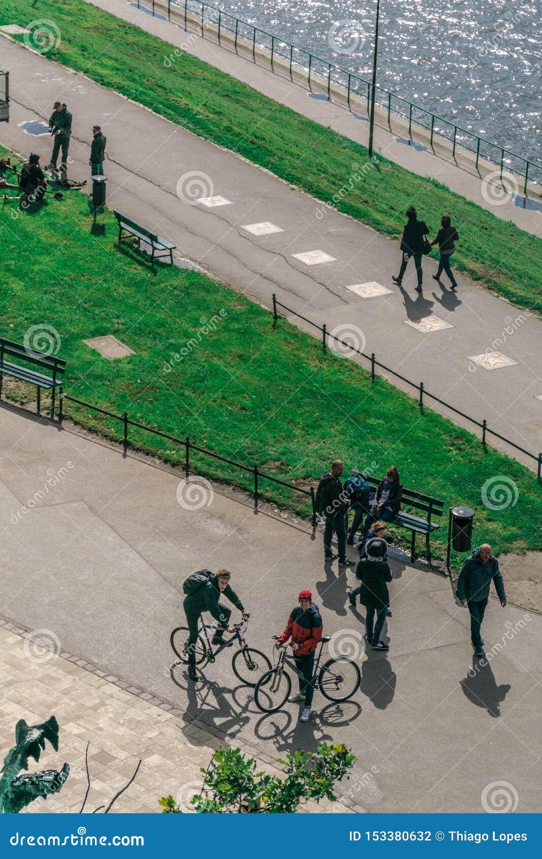克拉科夫,波兰- 2018年9月23日:走在除以外的白天的垂直的观点的骑自行车者和步行者