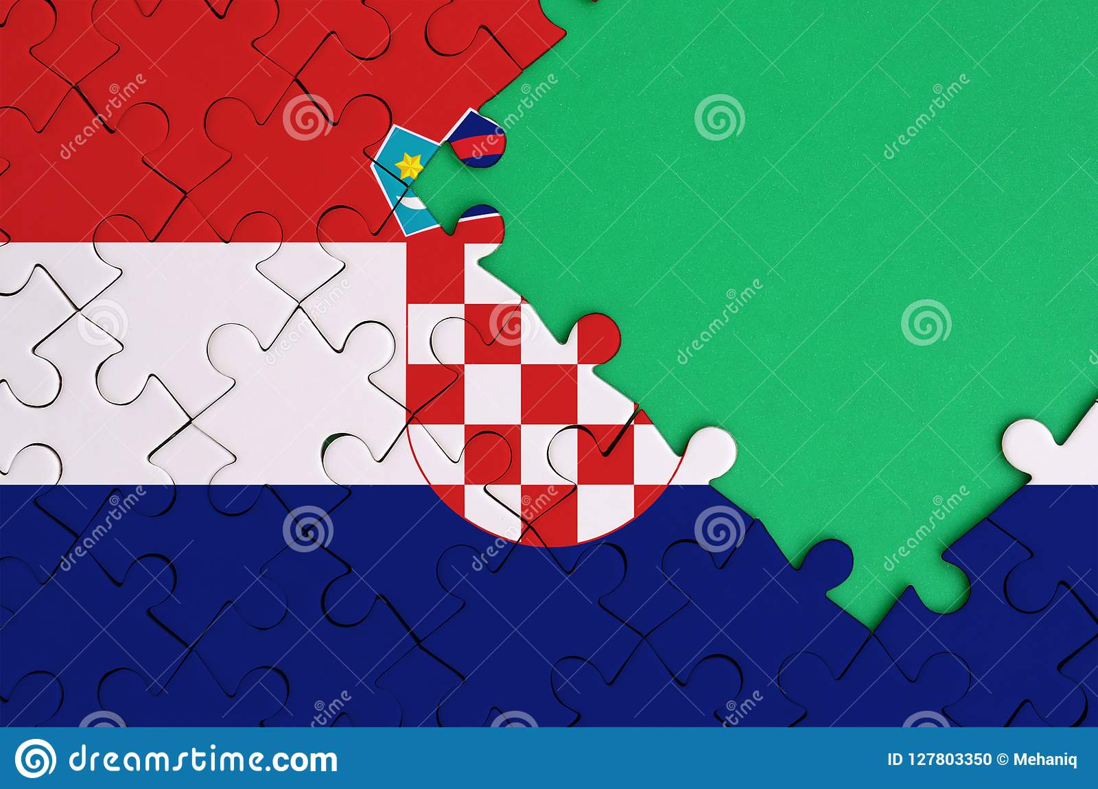克罗地亚旗子在与自由绿色拷贝空间的一个完整七巧板被描述在右边