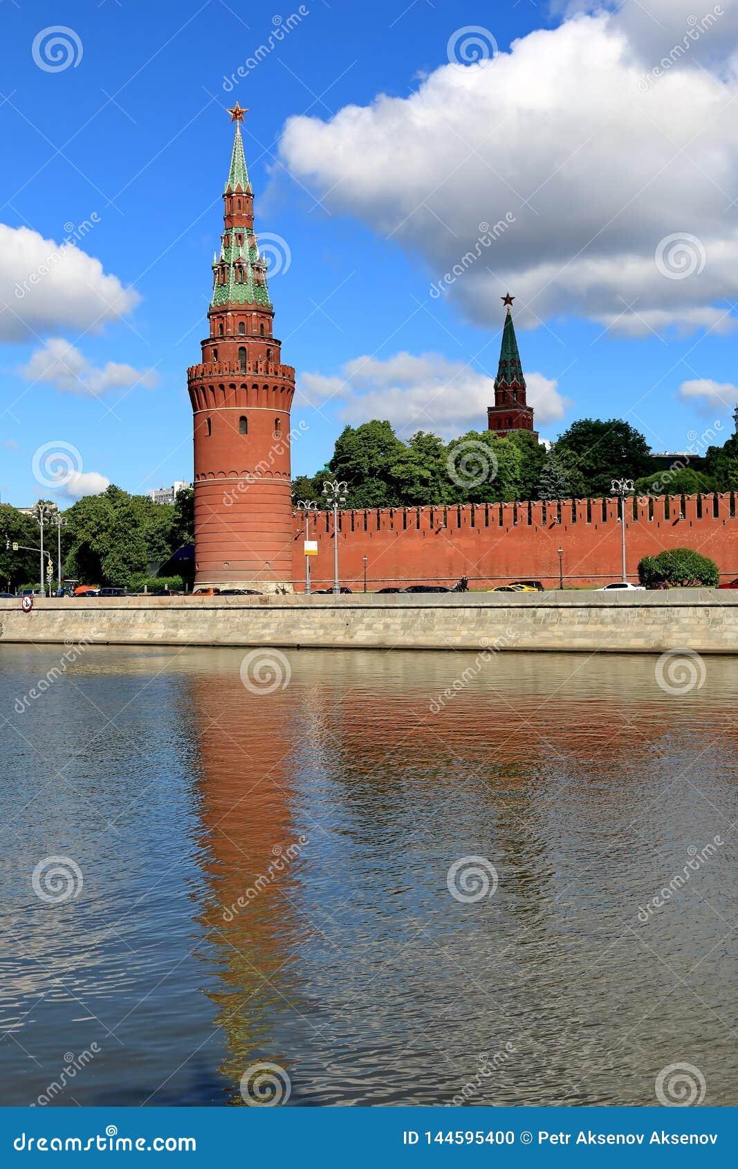克里姆林宫和它的反射的Vodovzvodnaya塔在水中