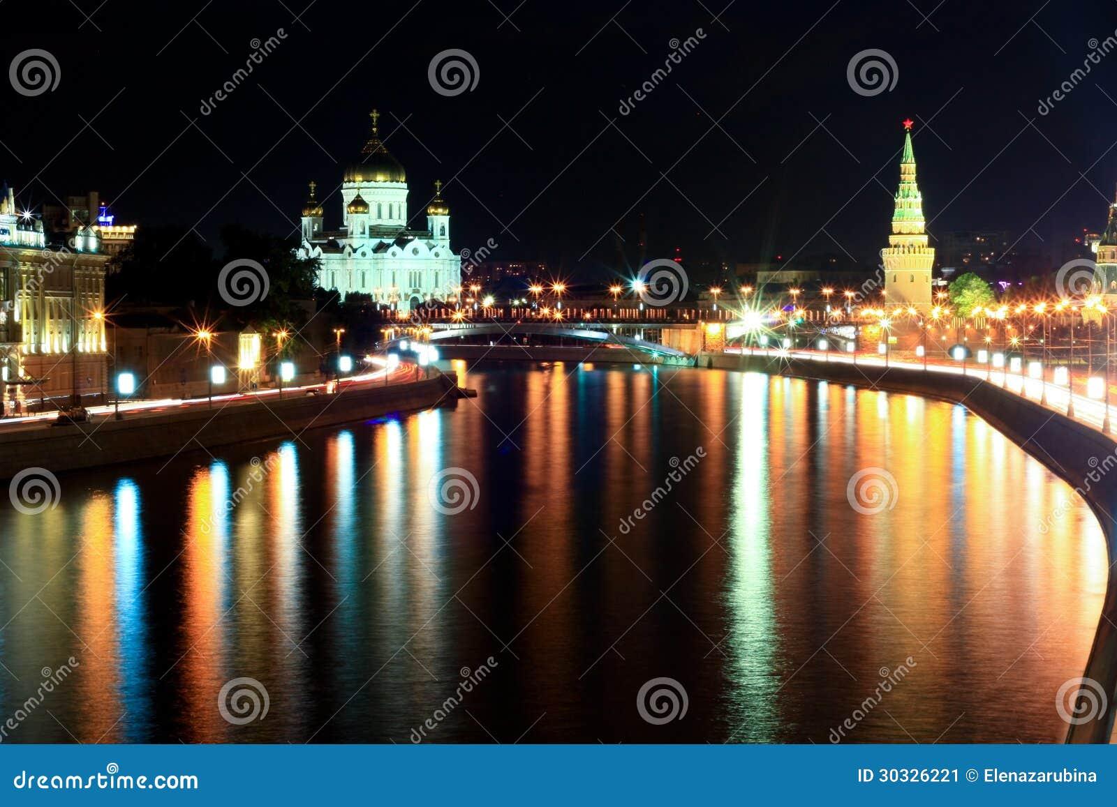 克里姆林宫墙壁和总统府在晚上